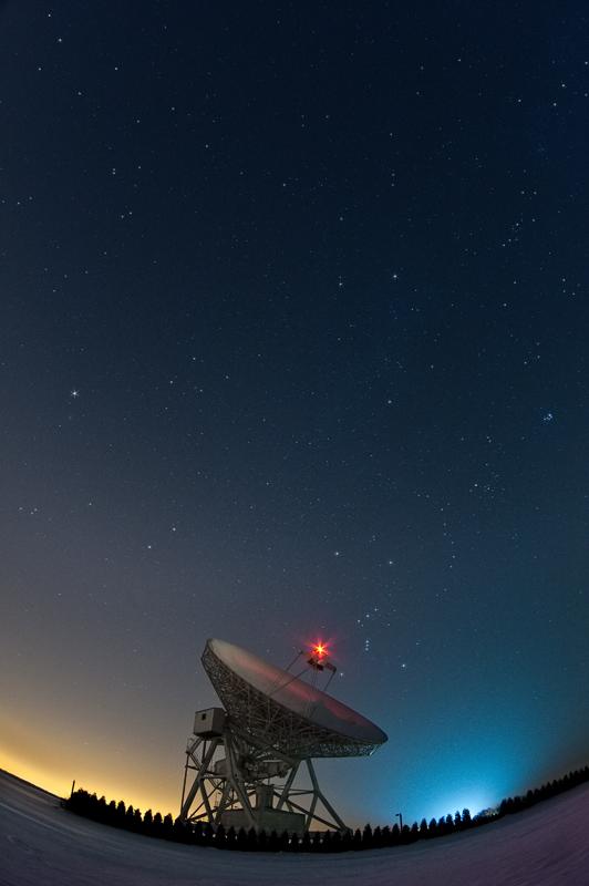 Radioteleskop wPiwnicach nocą.