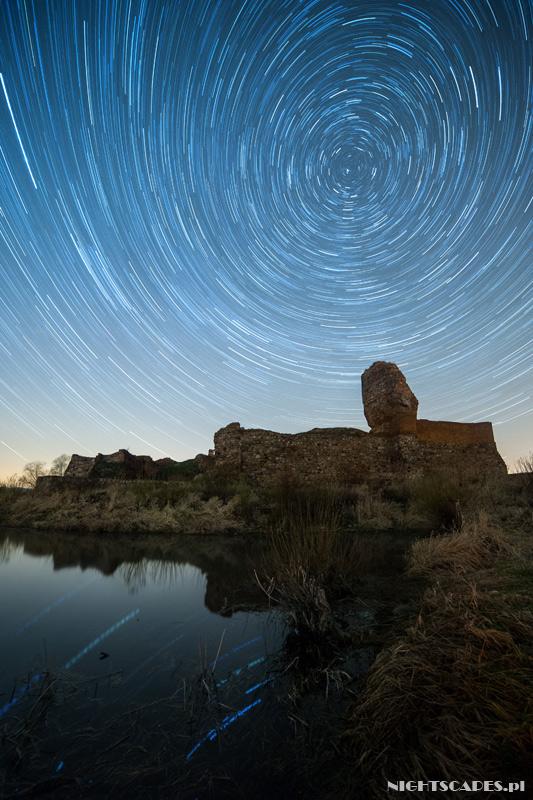 Pozorny ruch gwiazd nadruinami zamku wBobrownikach nocą