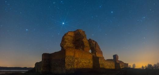 Zamek w Bobrownikach nocą thumb