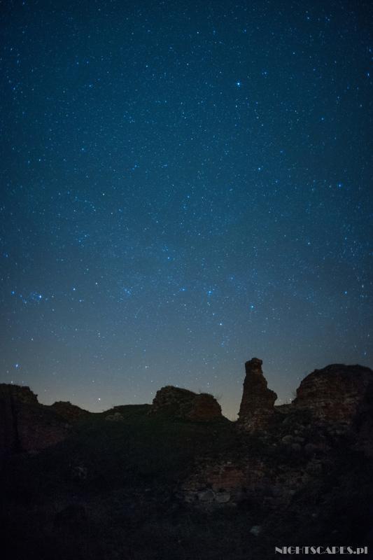 Ruiny zamku wBobrownikach nocą