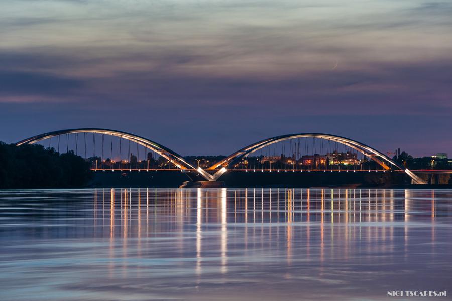 Księżyc nadpodświetlonym mostem im.gen. Zawackiej.
