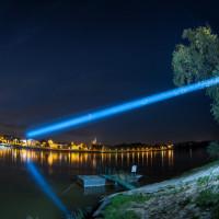Szerokie ujęcie mostu świetlnego w Toruniu.