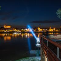 Punkt widokowy w Toruniu. Widoczny snop światła czyli tzw most świetlny.