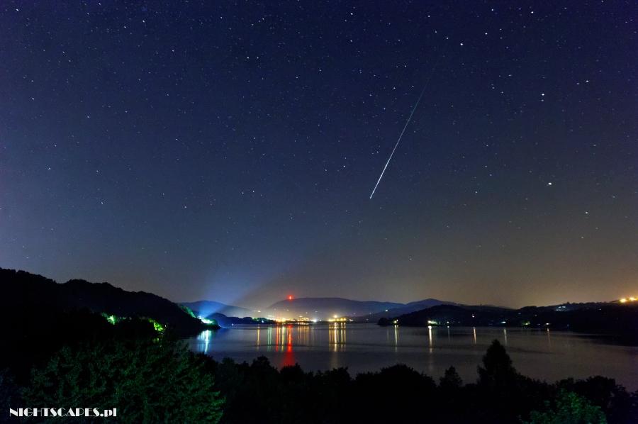Fotografujemy Perseidy. Zdjęcie Perseida czyli tzw. spadającej gwiazdy nadJeziorem Rożnowskim.