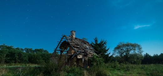 Gwiazdy nad ruinami starej chaty we Włęczu.