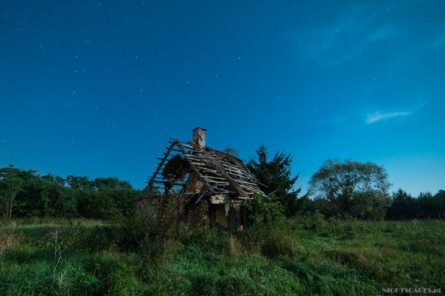 Gwiazdy nadruinami starej chaty weWłęczu.