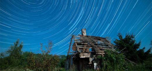 Pozorny ruch gwiazd nad starą chatą nad Wisłą