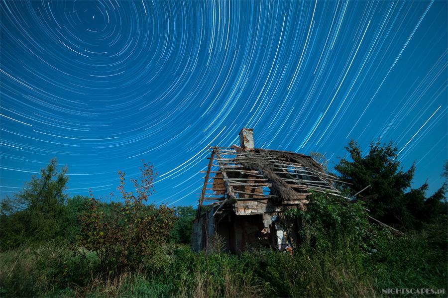 Pozorny ruch gwiazd nadstarą chatą nadWisłą