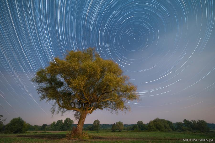 Wielki wybuch naniebie - Pozorny ruch gwiazd. Startrails wykonany nikonem D700