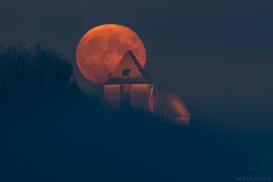 Wschód Księżyca jad katedrą św.Janów wToruniu.