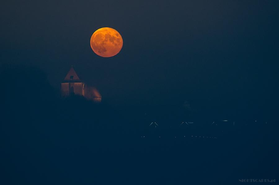 Listopadowa pełnia Księżyca nadkatedrą św.Janów wToruniu. Listopad 2014.