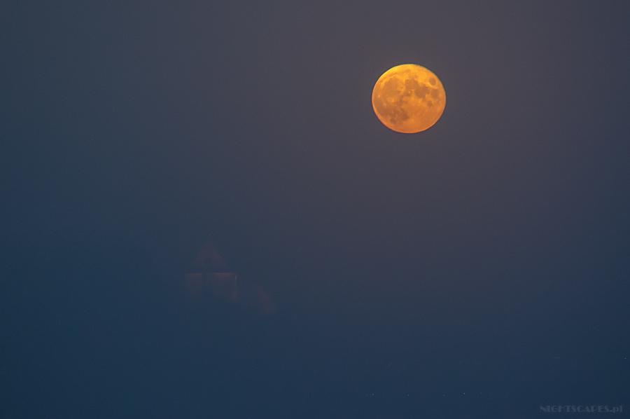 Pełnia Księżyca wemgle nadToruniem. Listopad 2014.