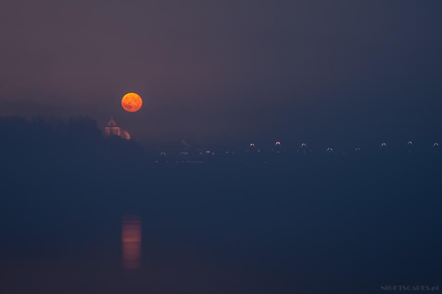 Księżyc wemgle nadToruniem.