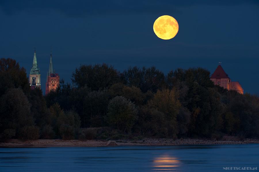 Pełnia Księżyca nadToruniem. Październik-2011