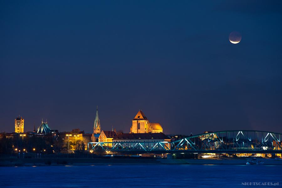 Zaćmienie księżyca widziane nadToruniem. Grudzień 201.