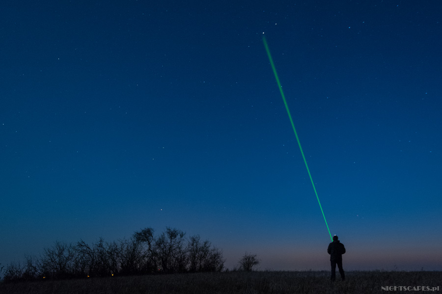 Zielony laser wfotografii gwiazd jako wskaźnik.