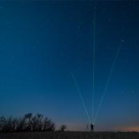 Trójkąt letni podświetlony promieniami zielonego lasera.