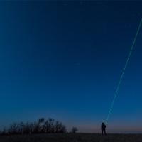 Zielony laser jako wskaźnik w pokazach nieba.