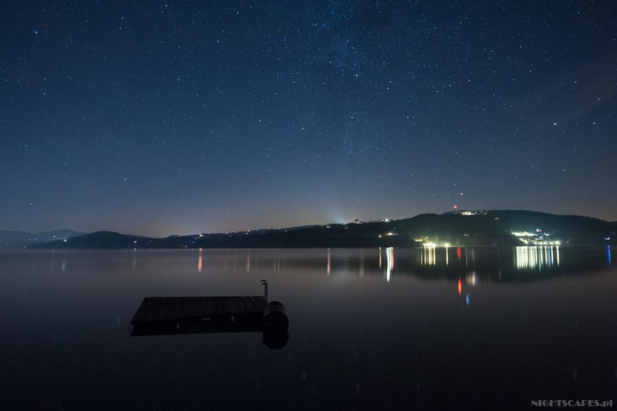 Fotografia gwiazd wbezksiężycową noc.