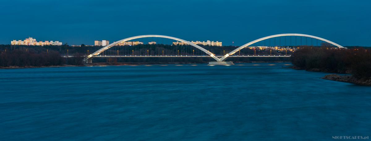 Panorama mostu im.generał Elżbiety Zawackiej wToruniu. Wtle widoczne osiedle NaSkarpie.