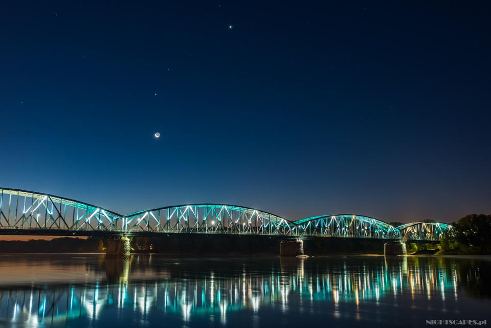 Iluminacja mostu wToruniu Księżyc zplanetami