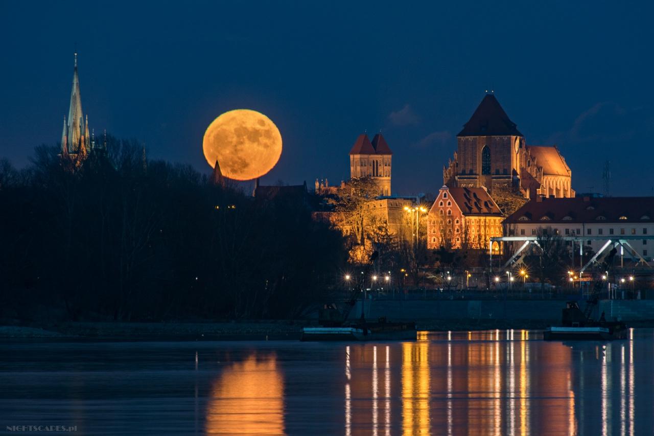 pełnia Księżyca nadToruniem