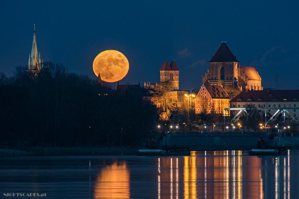 Księżyc nadToruniem