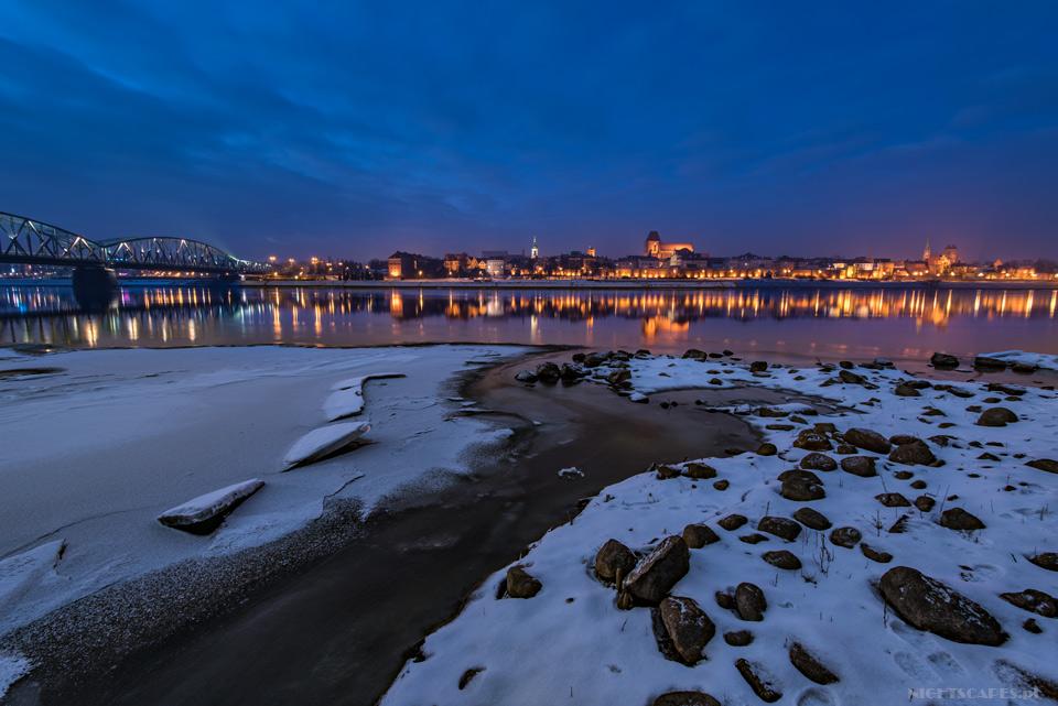 Zimowa panorama Torunia ozmierzchu.