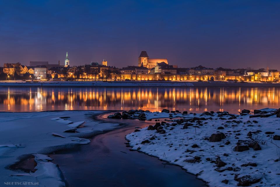 Zimowa panorama Torunia zKępy Bazarowej.