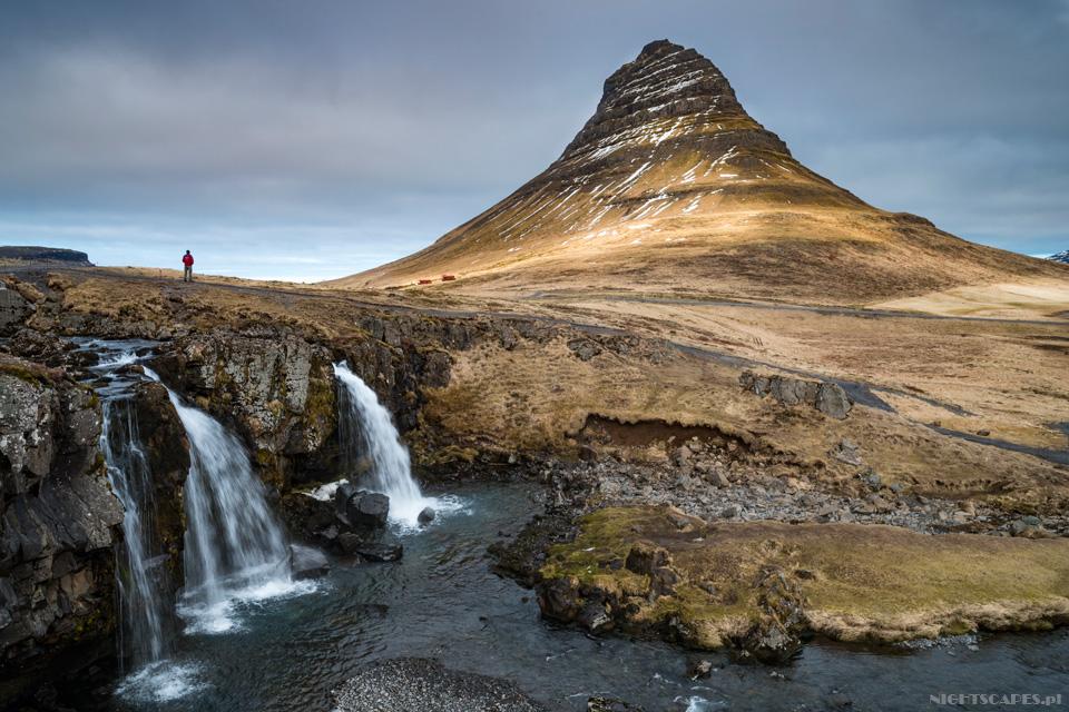 Wodospad Kirkjufellsfoss wraz zgórą Kirkjufell.