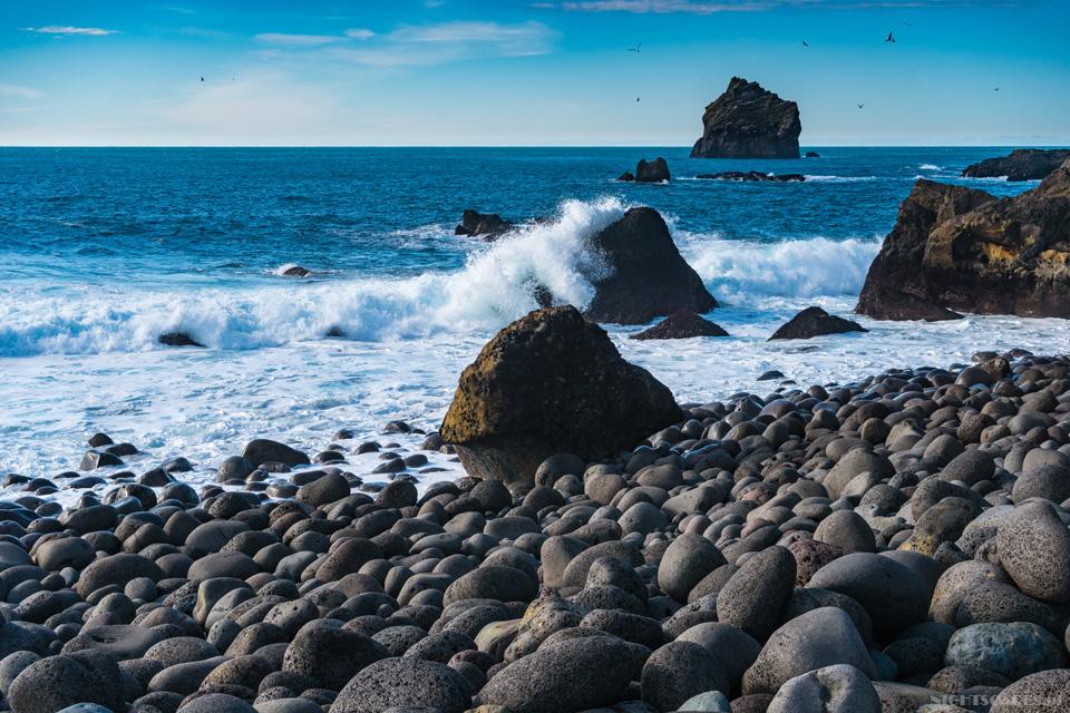 Reykjanesviti - plaża zogromnych otoczaków.