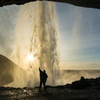 Za wodospadem Seljalandsfoss.