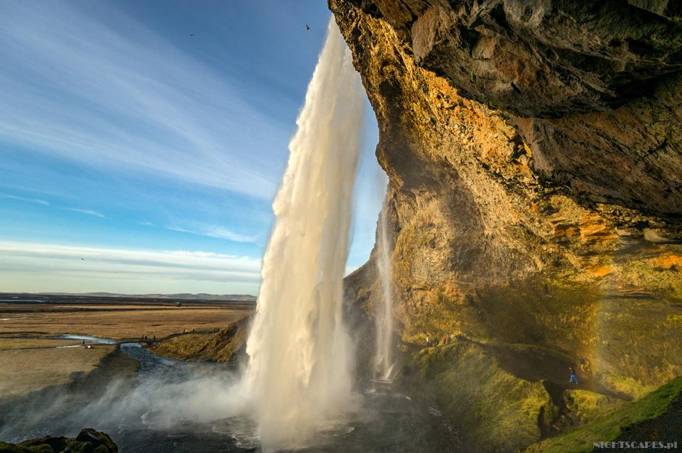 Przejście zawodospadem Seljalandsfoss.