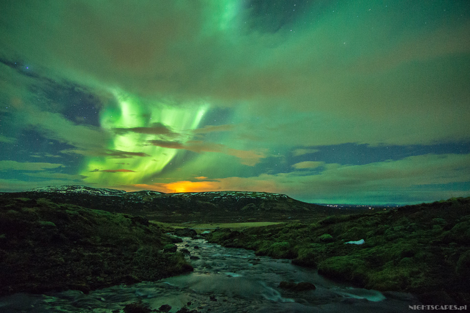 Zorza polarna nadgórskim potokiem.