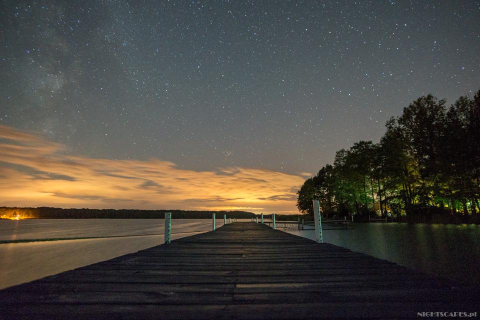 Jezioro posezonie nocą