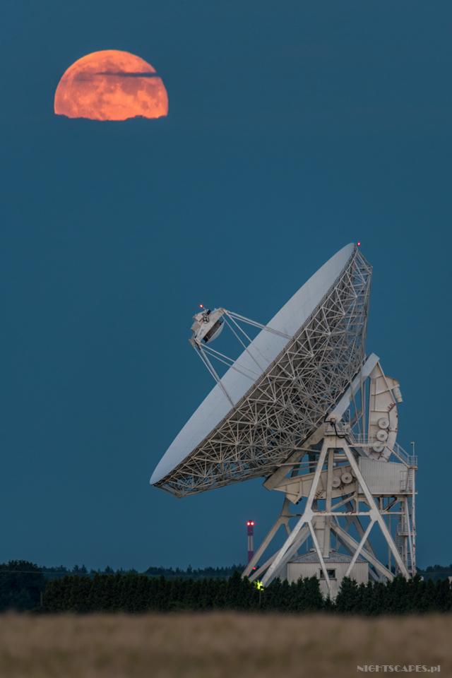 Wschód Księżyca nadradioteleskopem wPiwnicach. Test Tamrona 150-600