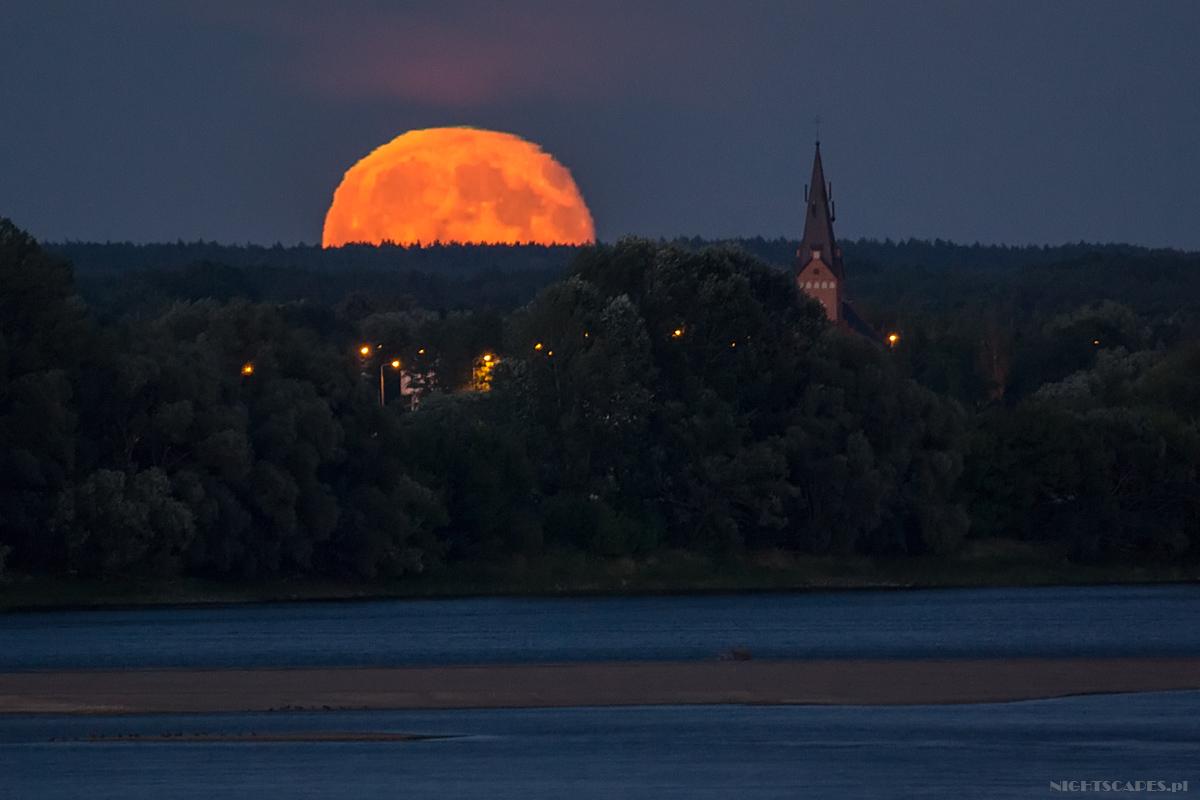 Wschód Księżyca obserwowany nadWisłą zTorunia. Test Tamrona 150-600