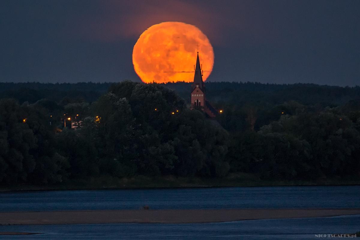 Wschód Księżyca obserwowany nadkościołem wZłotorii. Test Tamrona 150-600