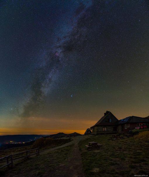 Droga Mleczna nadChatką Puchatka naPołoninie Wetlińskiej (Nikon D750, Sigma A20 mm f/1.4 DG HSM: 4x 117s, f/2.8, iso 1600)
