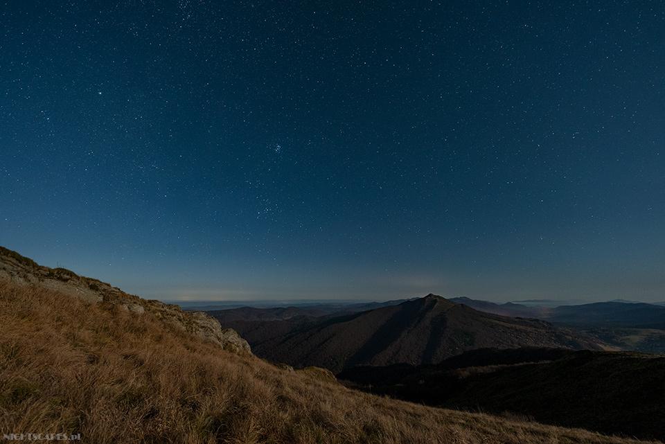 Nocna panorama zPołoniny Wetlińskiej naPołoninę Caryńską (Nikon D750, Sigma A14 mm f/1.8 DG HSM: 20s, f/2.8, iso 1600)