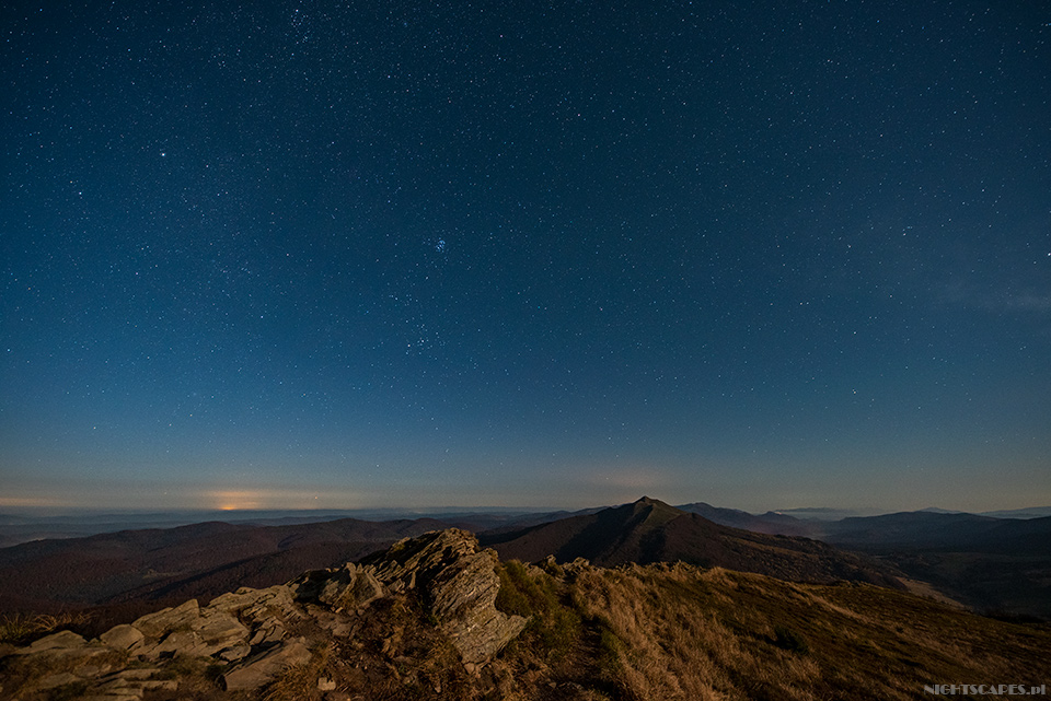Nocny widok zPołoniny Wetlińskiej. Napierwszym planie Hasiakowa Skała (Nikon D750, Sigma A14 mm f/1.8 DG HSM: 20s, f/2.8, iso 1600)