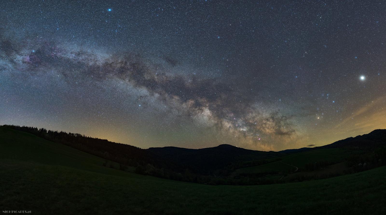Jak fotografować Drogę Mleczną. Panorama wiosennej Drogi Mlecznej widziana wBieszczadach.