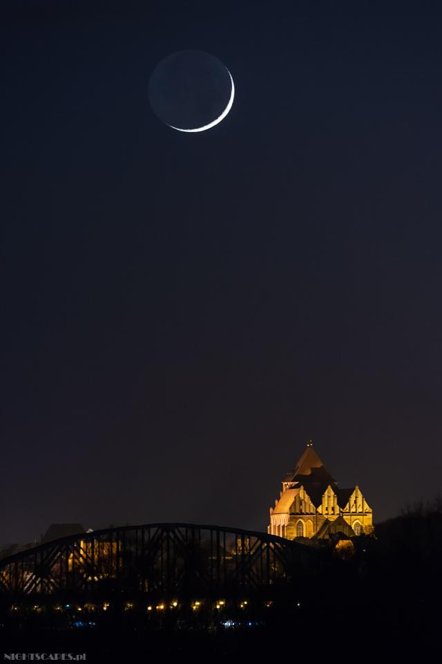 Księżyc wiszący nadToruniem