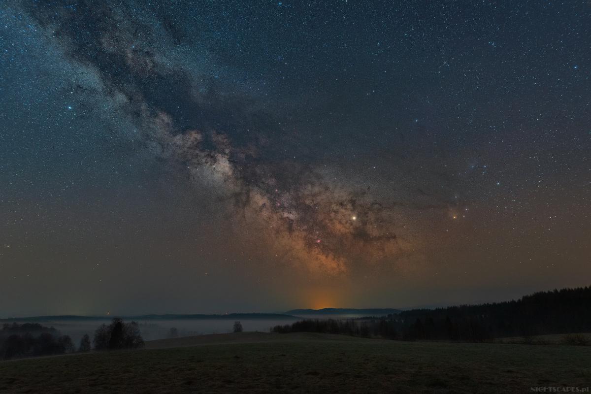 Kwietniowa Droga Mleczna sfotografowana wBieszczadach.
